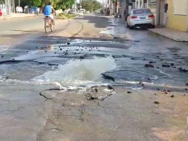 Na Cohab/Anil, buraco se formou com a força da água (Foto: Igor Almeida/Divulgação)