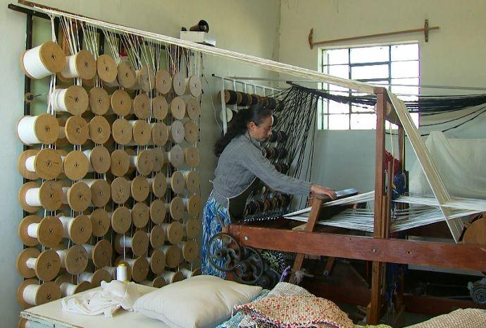 Revista conhece espaço em Buri  que abriga as peças e produtos confeccionados artesanalmente  (Foto: Reprodução / TV TEM)
