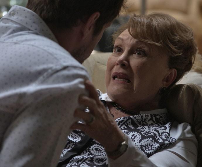 Izabelita teme que Soraya consiga interná-la (Foto: TV Globo)