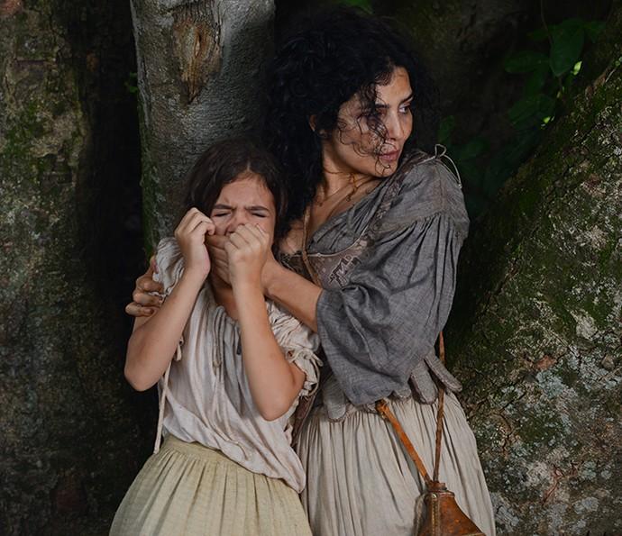 Joaquina fica desesperada ao ver o pai sendo levado e á consolada pela mãe (Foto: Pedro Carrilho/Gshow)