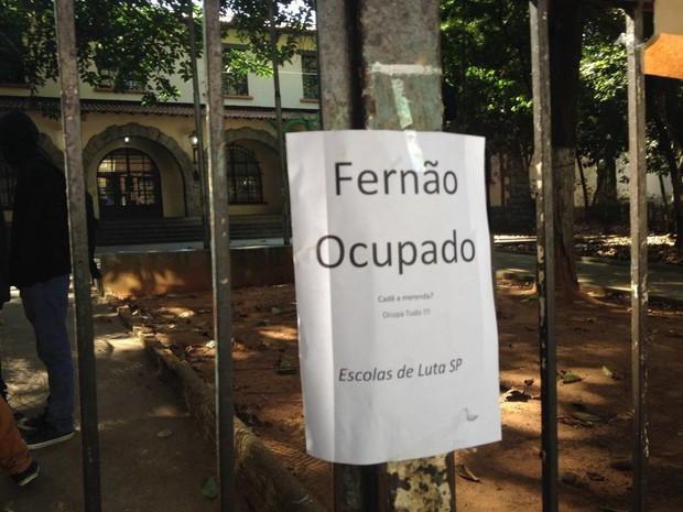 Estudantes da Escola Fernão Dias pedem melhorias na merenda e reclamação de cortes na educação (Foto: Amós Alexandre Wagner da Silva/G1)