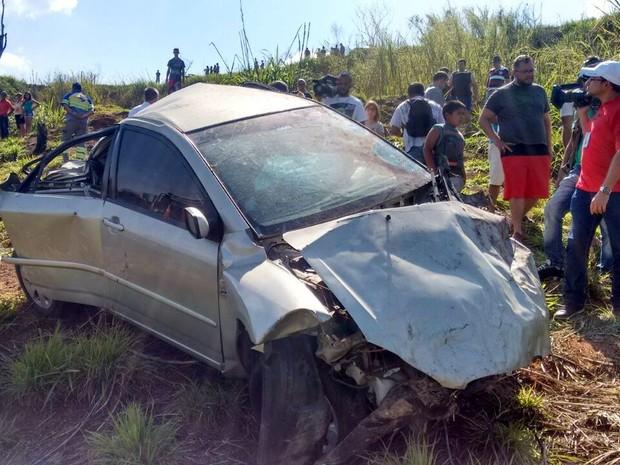 Corpo de Aline Furlan estava dentro do carro caído em ribanceira (Foto: Wesley Justino/EPTV)