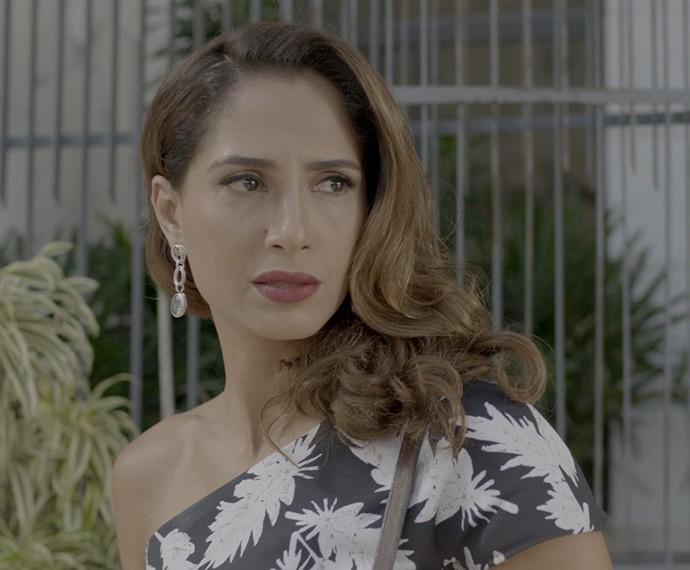 Regina engole as ironias de Cris (Foto: TV Globo)