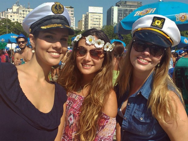 Amigas paranaenses se divertem no Sargento Pimenta, no Aterro (Foto: Elisa de Souza/G1)