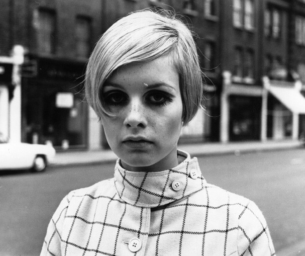English model Twiggy, originally Lesley Hornby, in a London street.   (Photo by Meagher/Getty Images) (Foto: Getty Images)
