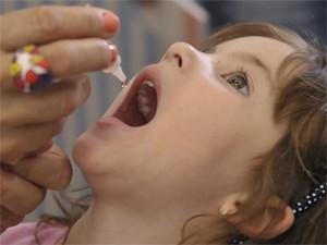 Campanha vacina crianças menores de 5 anos contra a poliomielite, também conhecida como paralisia infantil (Foto: José Cruz/ABr)