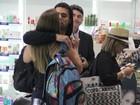Ex-BBB Yuri e a namorada, Angela Sousa, se beijam em aeroporto do Rio