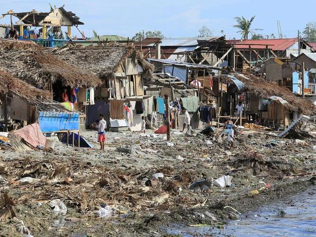 Casas modestas danificadas pelo tufão 'Melor' (Foto: Carisma Sayat / AFP Photo)