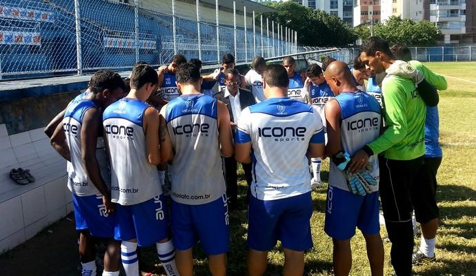 Pastor ora com jogadores, antes do treino desta quarta-feira, no Estádio Salvador Costa (Foto: Richard Pinheiro/Globoesporte.com)