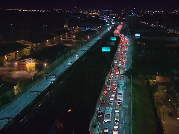protesto congestionamento Avenida Castelo Branco Porto Alegre (Foto: Reprodução/RBS TV)