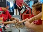 Menino compra teclado após juntar moedas por seis meses, em Belém