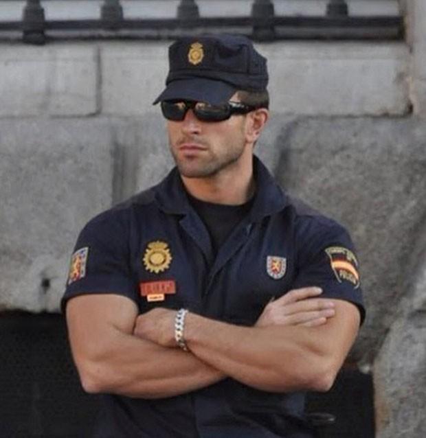 Policial espanhol Carlos Fernández fez sucesso após foto ser postada no Instagram da Polícia Nacional espanhola (Foto: Reprodução/ Instagram/policianacional)