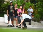 Filho de Chorão anda de skate no cemitério para homenagear o pai