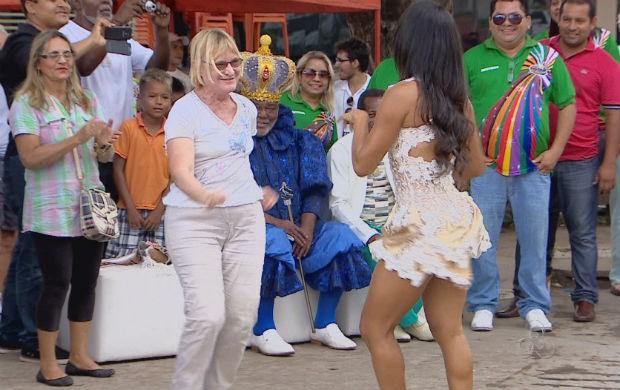 Turista sambando com a passista de escola de samba amapaense (Foto: Reprodução/TV Amapá)