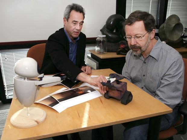 Em 16 de fevereuri de 2007, Jim Morris, na época ainda vice-presidente da Pixar, conversa com Ed Catmull, à época presidente da Pixar e hoje CEO da Disney-Pixar, enquanto toca um molde de WALL-E (Foto: Divulgação)