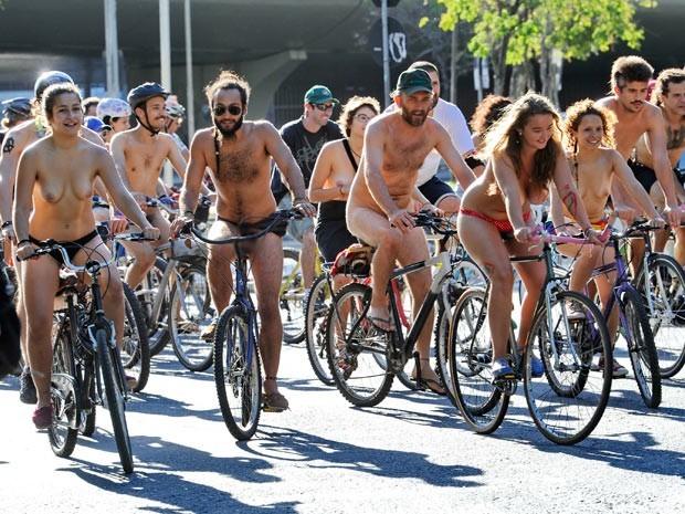 Em dezembro de 2013, grupo pedalou nu em Porto Alegre (Foto: Adriana Franciosi/Agência RBS)