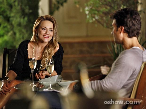 Shirley brinda com Laerte e tenta convencê-lo a ir para a boate (Foto: Inácio Moraes/ TV Globo)