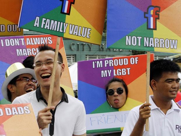 Membros da comunidade filipina de Lésbicas, Gays, Bissexuais, Travestis, Transexuais e Transgêneros (LGBT) lutam pela sua aceitação e direitos iguais no país (Foto: Cheryl Ravelo/Reuters)