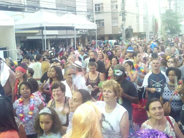 Foliões do Bloco Maluco Beleza na Avenida Alberto Braune, Nova Friburgo  (Foto: Márvio Filho)