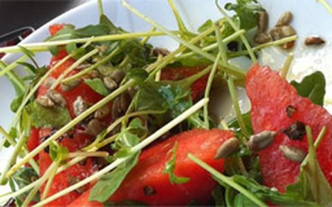 Salada de rúcula com melancia