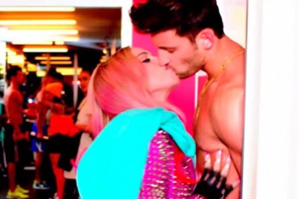 Madonna e Kevin Sampaio em cena do clipe no qual os dois contracenam (Foto: Reprodução)