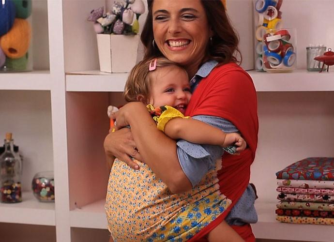 Kika ensinou a fazer um sling e a filhota já testou!   (Foto: webséries/Gshow)