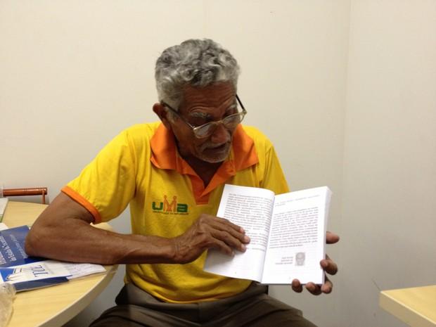 O autor que mora em Palmas aprendeu a escrever com a ajuda de pessoas do Projeto Rondon (Foto: Bernardo Gravito/G1)