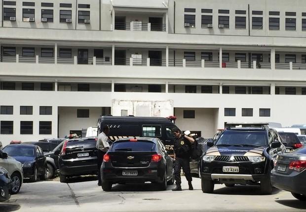 Agentes carregando malotes chegam à sede da Polícia Federal (PF) no Rio (Foto: Cristina Índio do Brasil/Agência Brasil)