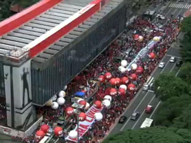 Manifestantes contra o impeachment da presidente Dilma ocupam todas as faixas da Avenida Paulista, no sentido Consolação (Foto: Reprodução TV Globo)