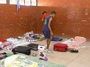 Criminosos fizeram arrastão em escola (Foto: Reprodução/TV Anhanguera)