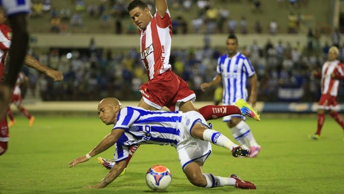 Paulinho e Glaydson vão atrás da bola (Foto: Ailton Cruz/Gazeta de Alagoas)