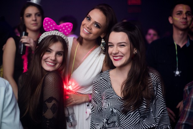 Camila Queiroz com as amigas Kacau Fontabely e Mariana Molina (Foto: Diego Batista / We love Photo!)