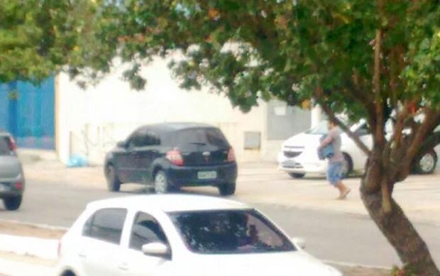 Criminoso corre com malotes nas mãos em direção a carro para fugir (Foto: Divulgação / PM)