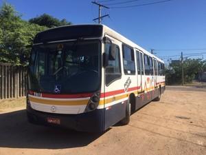 Ônibus assaltado foi até uma delegacia para ocorrência (Foto: Divulgação/Brigada Militar)