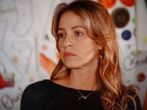 Vânia inventa que brigou com Ju por causa de Carolina (Foto: Guerra dos Sexos / TV Globo)