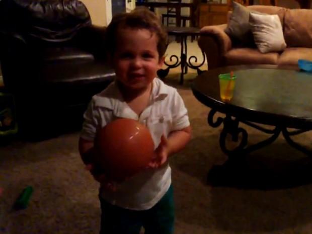 Criança de 2 anos usou acessório do Google para gravar seu ponto de vista (Foto: Reprodução/YouTube/chrisangelini)