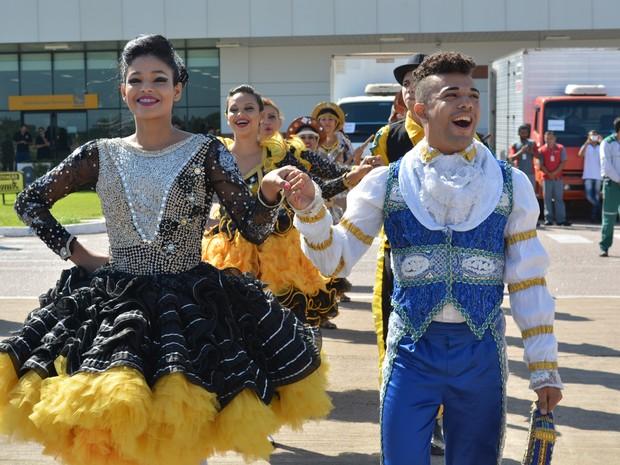 Grupo de dança girassol se apresenta na chegada de chama olímpica em RO (Foto: Jonatas Boni/ G1)
