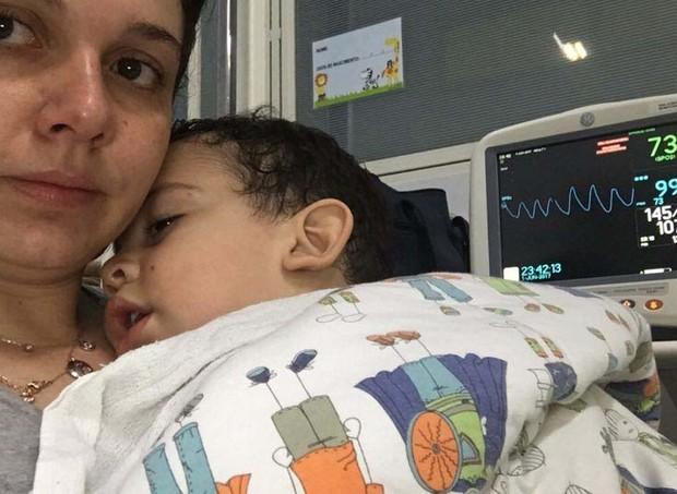 Ana Carolina e Davi Lucca: ele foi parar no hospital depois de ingerir uma solução nasal (Foto: Arquivo pessoal/ Ana Carolina Oliveira)