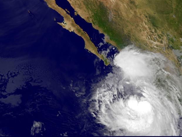 Tempestade Newton evolui para furacão e aproxima-se de estância no México