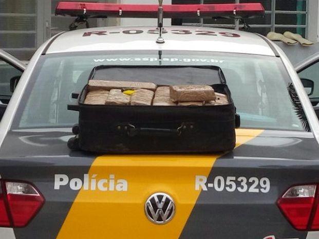 Droga estava escondida dentro da mala do passageiro (Foto: Divulgação / Polícia Militar Rodoviária)