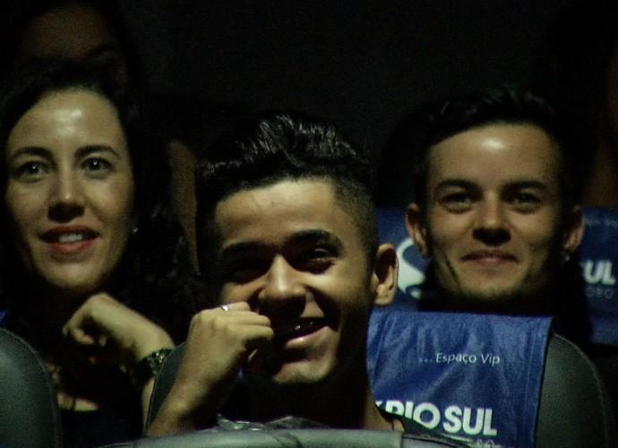 Plugue reuniu envolvidos no projeto para assistir ao clipe, junto com o Paullo Fernando. (Foto: Reprodução/ Plugue)