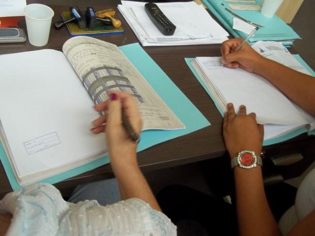As detentas Vania (esq.) e Juliana (nomes fictícios), condenadas em regime semiaberto, trabalham na Fundação de Amparo ao Trabalhador Preso do Distrito Federal (Funap) (Foto: Murilo Salviano / G1)