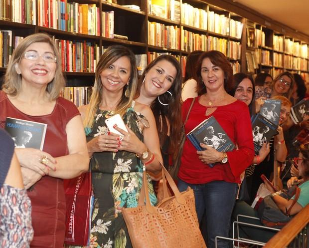 Admiradoras fazem fila no lançamento da biografia do Padre Fábio de Melo, no Rio (Foto: Anderson Barros / EGO)