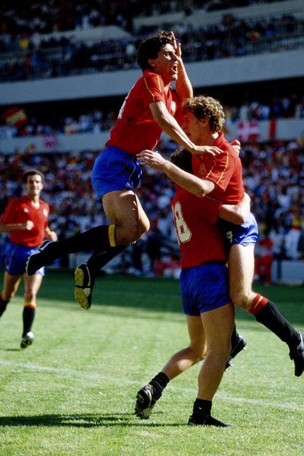 Jogadores espanhóis comemoram gol contra Dinamarca (Foto: Getty Images)