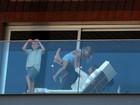 Gisele Bündchen chega ao Brasil com os filhos e se diverte em hotel