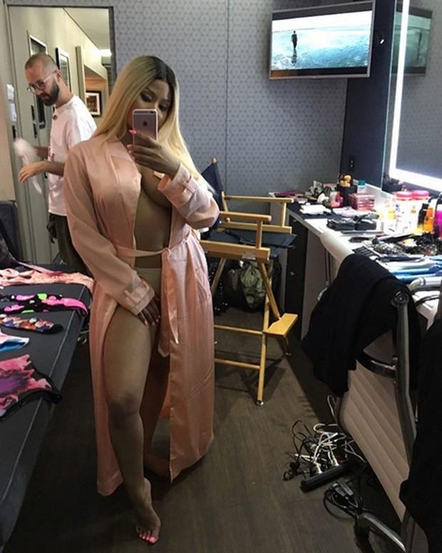 Nicki Minaj posa de roupão para selfie (Foto: Instagram/ Reprodução)