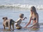 Gisele Bündchen curte dia de praia com os filhos Benjamin e Vivian