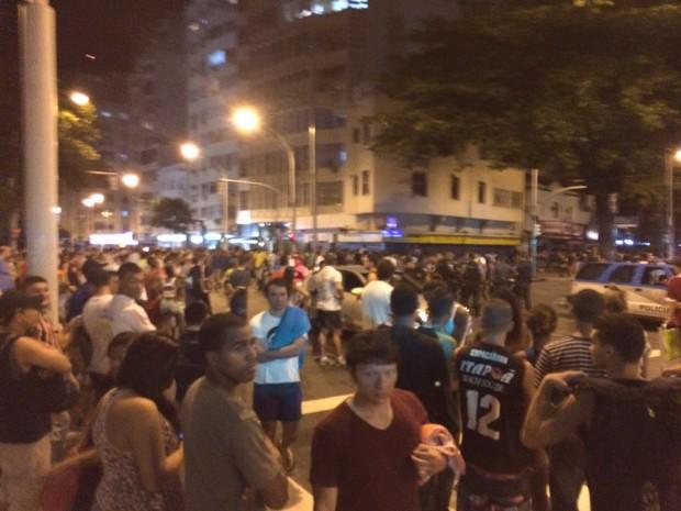 Muitas pessoas estão na região próxima do  Pavão-Pavãozinho  (Foto: Marcelo Elizardo/G1)