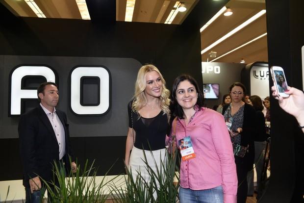 Fiorella Mattheis é tietada em evento (Foto: Léo Franco e Joshua Bryan/AgNews)