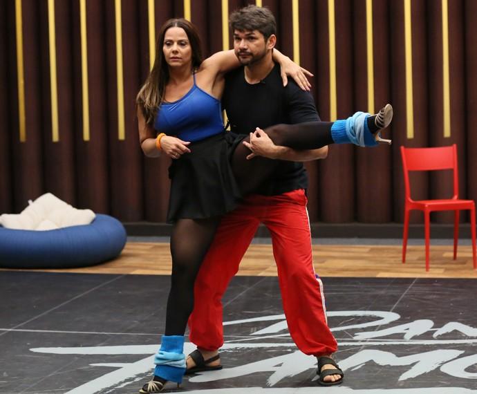 Viviane Araújo mostra flexibilidade (Foto: Isabella Pinheiro / Gshow)
